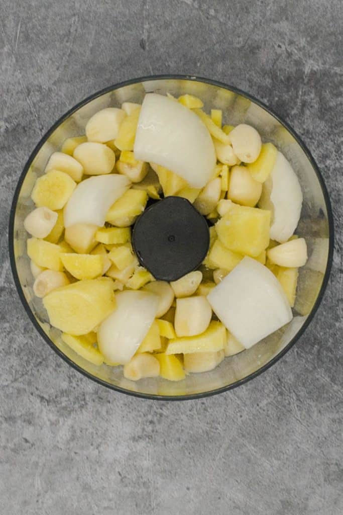 Garlic and ginger with onion which will make ginger garlic paste